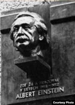 Çehiýadaky Albert Eýnşteýniň býusty