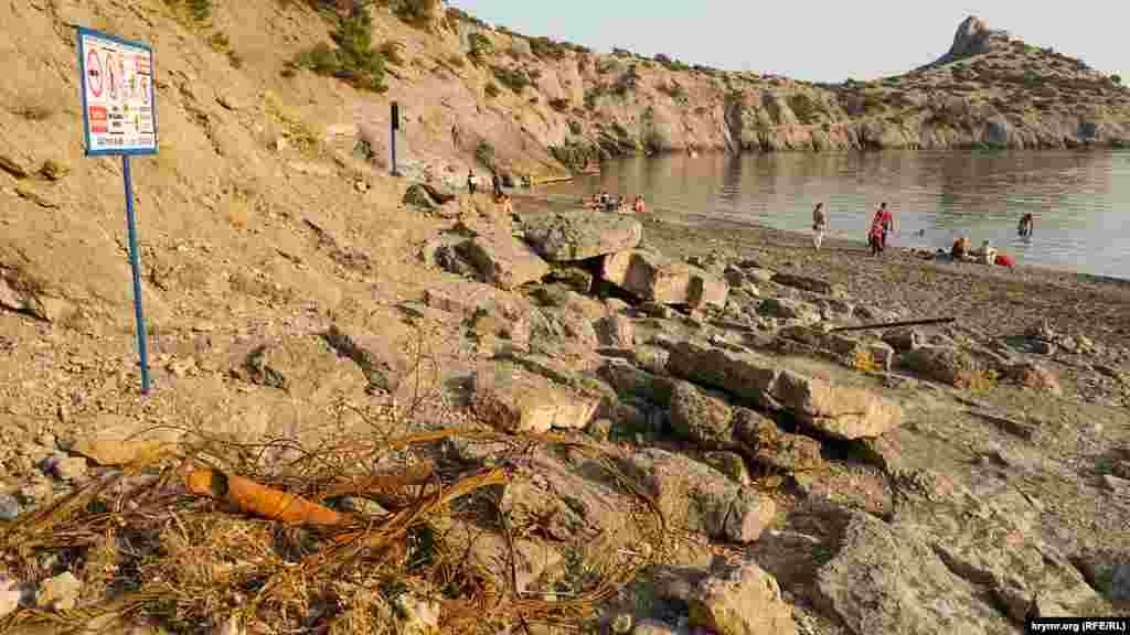 На Царском пляже – куча ржавого металлолома. Рядом стоит табличка о запрете устраивать кострища, мусорить, ставить палатки и тому подобное