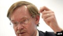 """Дүйнөлүк банктын президенти Р. Зелик 2009-жыл дүйнөлүк экономика үчүн """"өтө катаал жыл"""" болорун 13-мартта Лондондогу журналисттерге айтууда"""