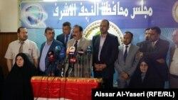 أعضاء في مجلس محافظة النجف في مؤتمر صحفي