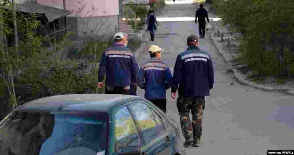 Бригада робітників у дворі п'ятиповерхівки на вулиці Київській у Сімферополі