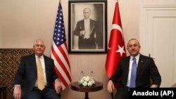 مولود چاوشاوغلو، وزیر خارجه ترکیه (سمت راست)و رکس تیلرسون، وزیر خارجه آمریکا