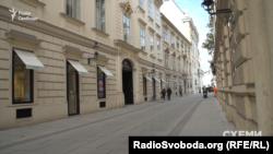 Саме в цьому будинку у Відні мешкає родина мешкає родина судді Ємельянова