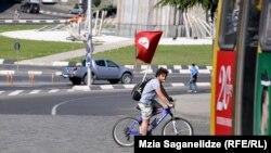 Молодые социалисты считают, что Грузия пока не готова к социалистической революции, скорее необходимо способствовать эволюционному процессу и постепенному переходу к государству социального типа