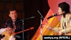 Айтыскер ақындар Бекарыс Шойбеков пен Төреғали Төреәлі. Алматы, 11 ақпан 2012 жыл.