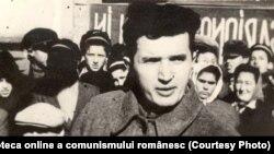 Nicolae Ceauşescu în mijlocul tinerilor la un miting electoral. (1946) Sursa: Fototeca online a comunismului românesc; cota:3/1946