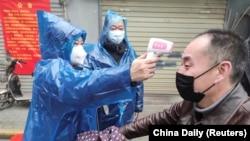Բժիշկները չափում են քաղաքացիների ջերմությունը, Ուհան, 1 փետրվարի, 2020թ.