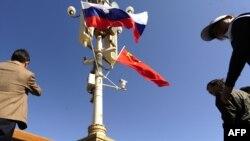Ruske i kineske zastave u Pekingu, tokom posjete ruskog premijera Vladimira Putina