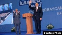 Əli Əhmədov (solda) bundan əvvəlki prezident seçkisi öncəsi İlham Əliyevin seçicilərlə görüşündə.