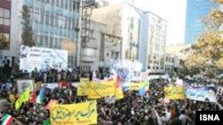 در تجمع دولتی روز یکشنبه چند صد نفر گردهم آمده بودند.