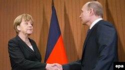 Канцлер Германии Ангела Меркель (слева) и президент России Владимир Путин. Франция, 6 июня 2014 года.