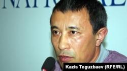 Кинорежиссер Ермек Тұрсынов баспасөз мәслихатында. Алматы, 4 шілде 2012 жыл.