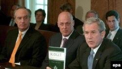 آقای بوش پس از ملاقات با اعضای کابينه اش به خبرنگاران گفت که بودجه سال آینده واقع بينانه است .