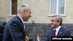 Armenia -- President Serzh Sarkisian (R) greets his Serbian counterpart, Boris Tadic, in Yerevan on July 28, 2009.