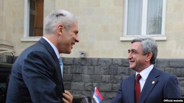 Armenia -- President Serzh Sarkisian (R) greets his Serbian counterpart, Boris Tadic, in Yerevan on July 28, 2009.