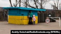 Переселенцы на КПП в Станице Луганской