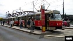 Жители Праги садятся в трамвай. Иллюстративное фото.