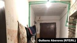 Вход в комнату, в которой живет Гульмира.Н с детьми. Астана, 3 июня 2018 года.