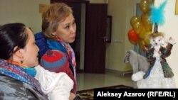 «Шығыс жұлдызы» қуыршақтар көрмесі экспонаттарын тамашалап тұрған адамдар. Алматы, 22 қазан 2015 жыл.