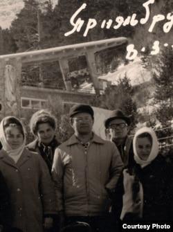 Алесь Адамовіч (у цэнтры) падчас горнай экскурсіі. Эльбрус, 1972 г. З асабістага фонду А. Адамовіча ў БДАМЛіМ