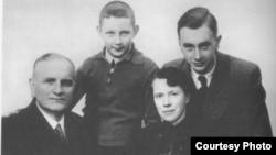 Кирилл (слева) и Глеб (справа) Рары с родителями перед отъездом в Германию. Либава, 1941