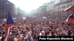 Під час протестів у Празі 21 листопада 1989 року. Демонстранти вимагають реформ і відставки уряду комуністичної Чехословаччини