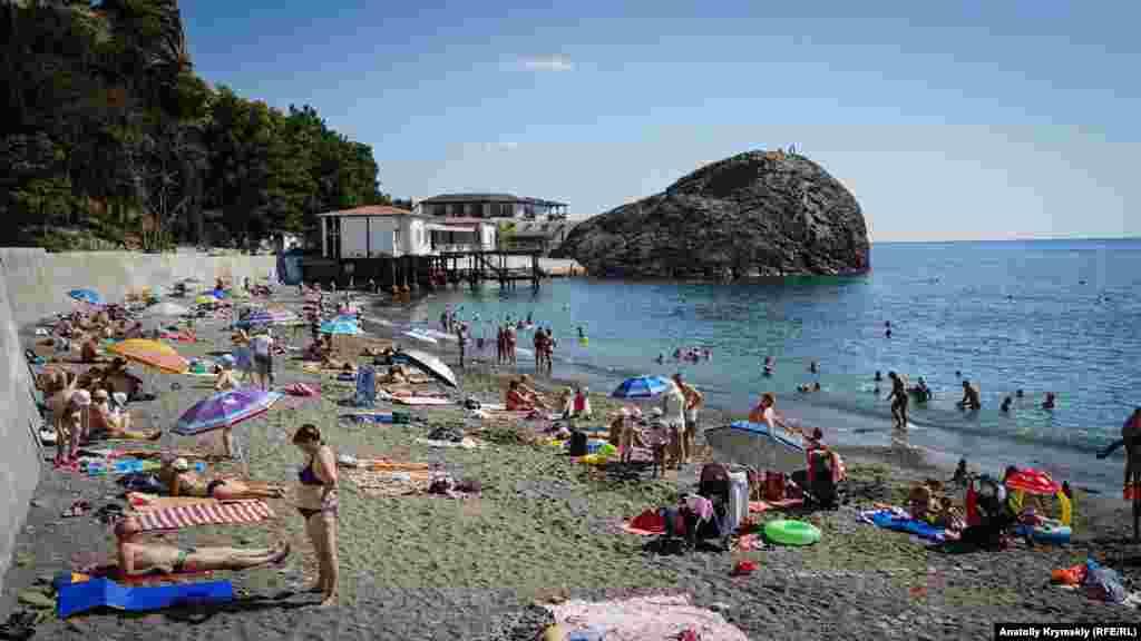 Пляжна зона санаторію «Крим» у східній частині починається від мису Кучук-Ая (з тюркської – Маленький ведмідь). Це майже точна зменшена копія Аю-Дага