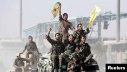 """Күрт кошуундары Сириянын Ракка шаары """"Ислам мамлекети"""" тобунан бошотулуусун майрамдап жаткан учур. 17-октябрь, 2017-жыл."""