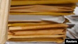 Студент колледжа Ринат Ахтаржанов получал лекции и практические задания по почте вот в таких конвертах.