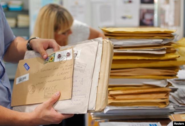 Ілюстративне фото: процес сортування понад 300 листів, які ЄСПЛ отримує щоденно, у поштовій кімнті суду в Страсбурзі, Франція, 26 липня 2013 року