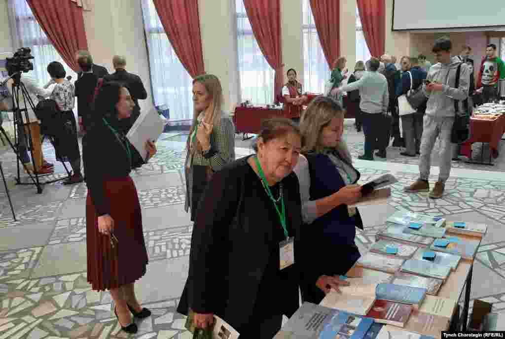 Кыргызский археолог Кадича Ташбаева изучает книжные новинки. АГУ. 12.9.19.