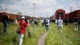 Ziariști adunați în gara Harkov la sosirea trenului cu rămășițele pămîntești ale celor uciși în catastrofa aviatică din Ucraina de est
