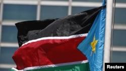 БҰҰ мүшесі болғаннан кейін ұйымның штаб-пәтерінде тігілген Оңтүстік Судан туы. Нью-Йорк. 14 шілде 2011 жыл.