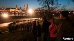 Възпоменание за бомбардировките, включващо жива верига на брега на река Елба в Дрезден. От другата страна на реката се вижда възстановеният град. 13 февруари 1945 г.