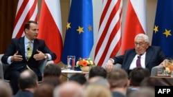 Радослав Сікорський (ліворуч) та Генрі Кіссінджер