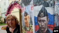 Выставленные на продажу футболки с изображением президента России Владимира Путина.