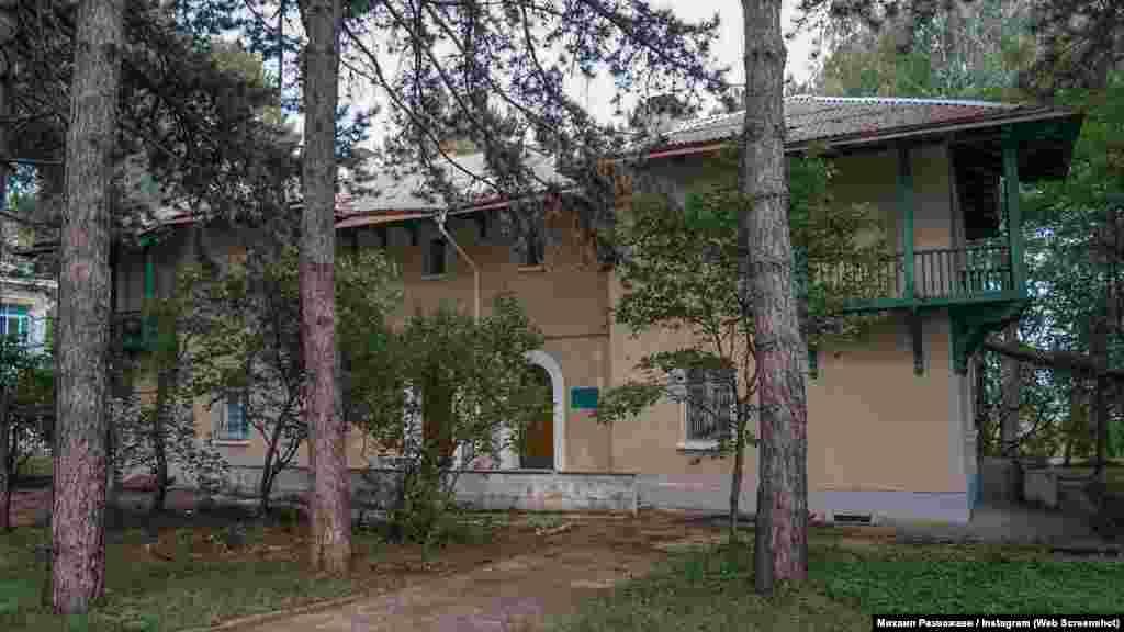 В этом доме жил директор обсерватории академик Андрей Северный. Здание построили пленные немцы после Второй мировой войны. Сейчас квартире академика оборудовали музей