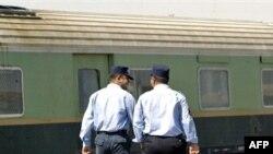 عاملان عراقيان في محطة القطارات الرئيسة ببغداد