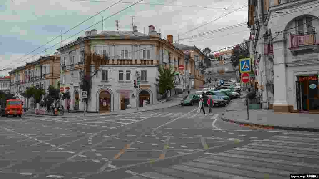 Перехрестя Великої Морської з вулицею адмірала Октябрського – тут завжди багато машин