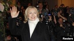 Хиллари Клинтон сразу по прибытию в Париж