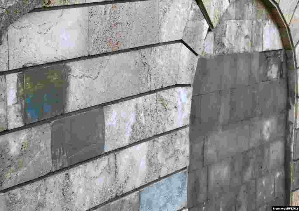 Коммуналдық қызмет жұмысшылары бұл суреттерді бетонмен сылап жұрт көзінен жасырған болады.