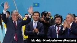 Касым-Жомарт Токаев (слева) на съезде партии «Нур Отан», главой которой является первый президент Нурсултан Назарбаев (справа). Нур-Султан, 23 апреля 2019 года.
