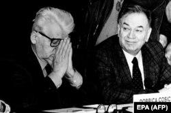 'Ćosić (na fotografiji levo) je menjao te svoje formulacije sećanja. On je izdavao svoje memoare u više izdanja i u svakom piše sve gore o Kardelju. Još bih rekao i da sumnjam da bi Kardelj 1962. godine uopšte razgovarao sa nekim književnikom o takvim stvarima.'