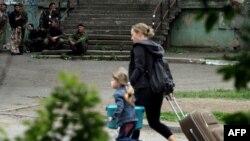 Жители Луганска бегут из-под обстрела