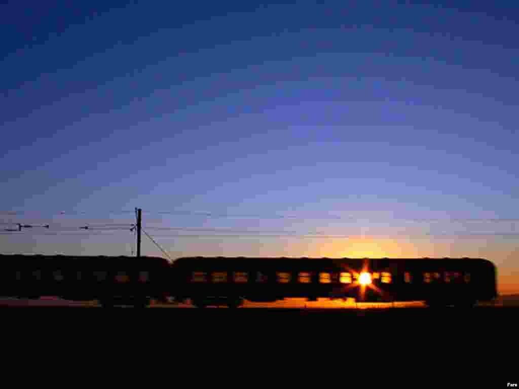 قطار آذربايجان در نزديکي شهر صوفيان - گالری عکس و فیلم FARS