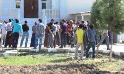 Türkmen migrantlaryny näme bökdeýär?