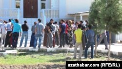 Migrasiýa edarasynyň agzyndaky nobat, Türkmenabat, 2012 ý.