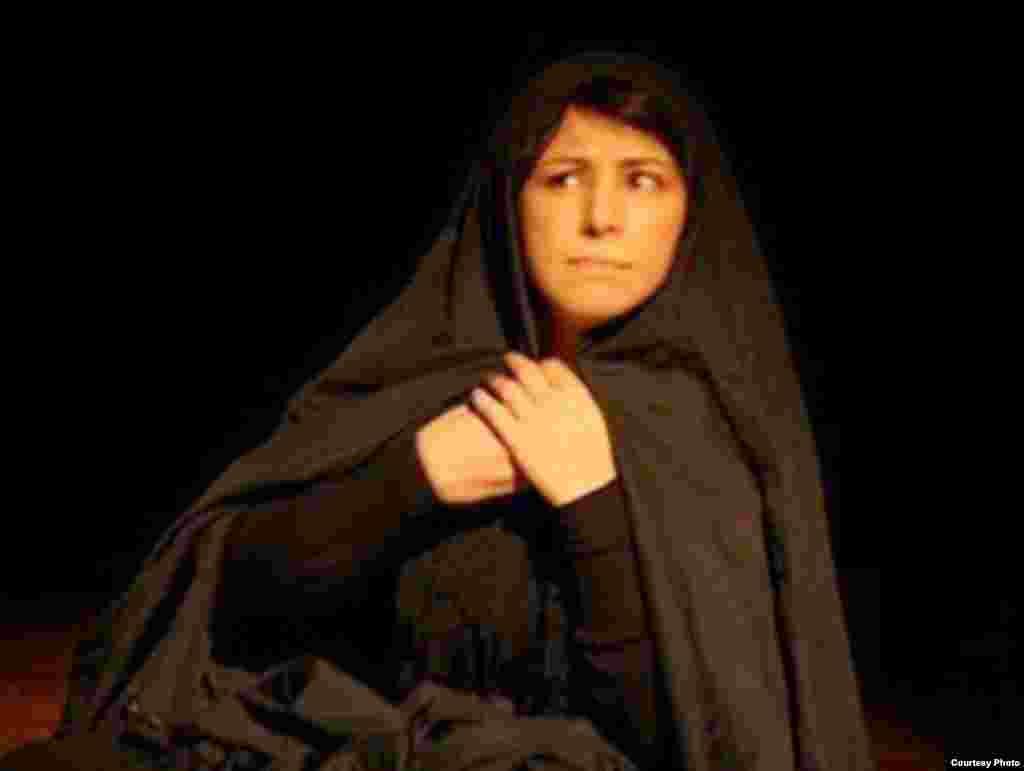 نمایشنامهخوانی در پاریس - نمایش «رویای طاهرهگان خاموش» کاری از «محمد رضاییراد» دوم و سوم آبان ماه امسال در پاریس خوانده شد و با استقبال مخاطبان ایرانی روبهرو شد. عکس از محمد پویا