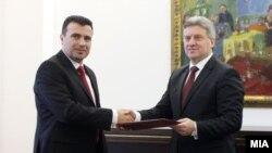 Архивска фотографија - претседателот на СДСМ Зоран Заев му ги предава 67 потписи на претседателот Ѓорге Иванов, 27.02.2017