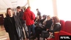 Суд над актывістамі. Максім Вінярскі, Паліна Кур'яновіч і Паліна Дзьякава, група падтрымкі.